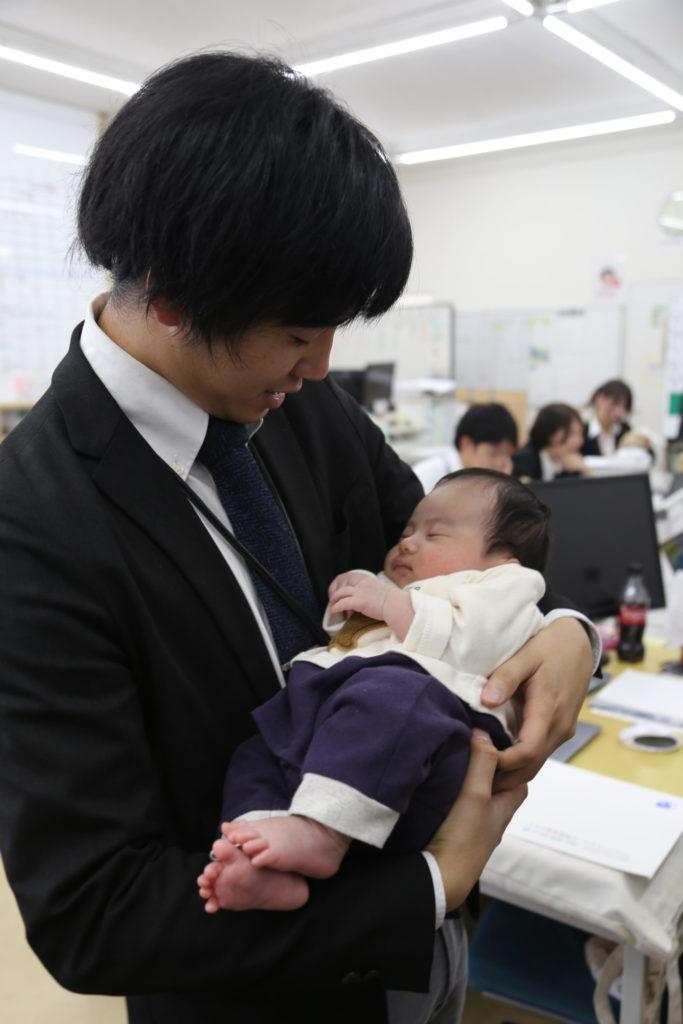 山口さんのお子様と田染さん|働きやすい環境があること|大分の工務店 坂井建設採用情報ブログ