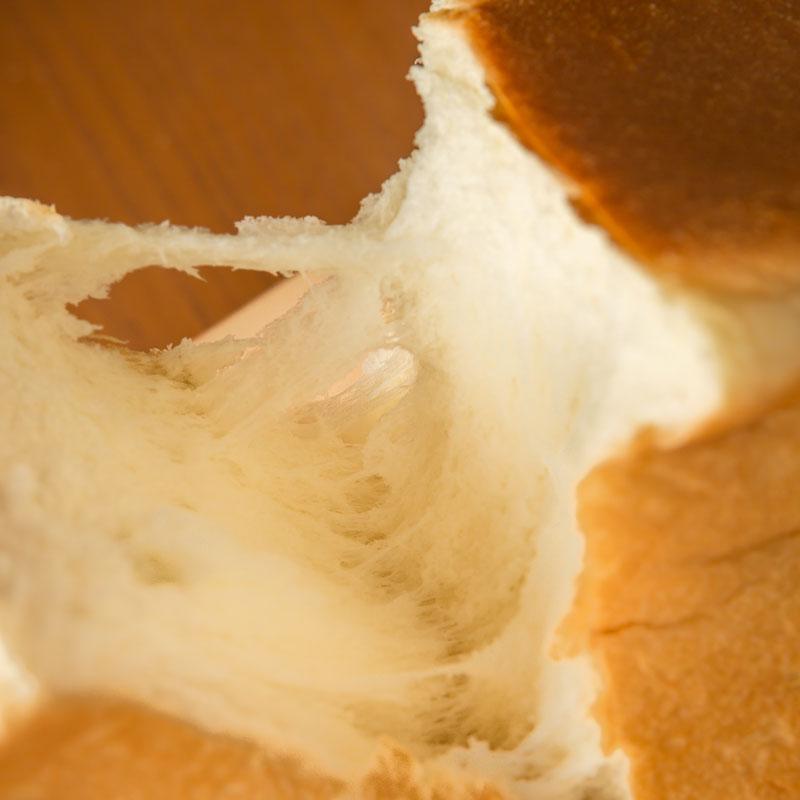 ハレパンの純生食パンを手で割いた画像