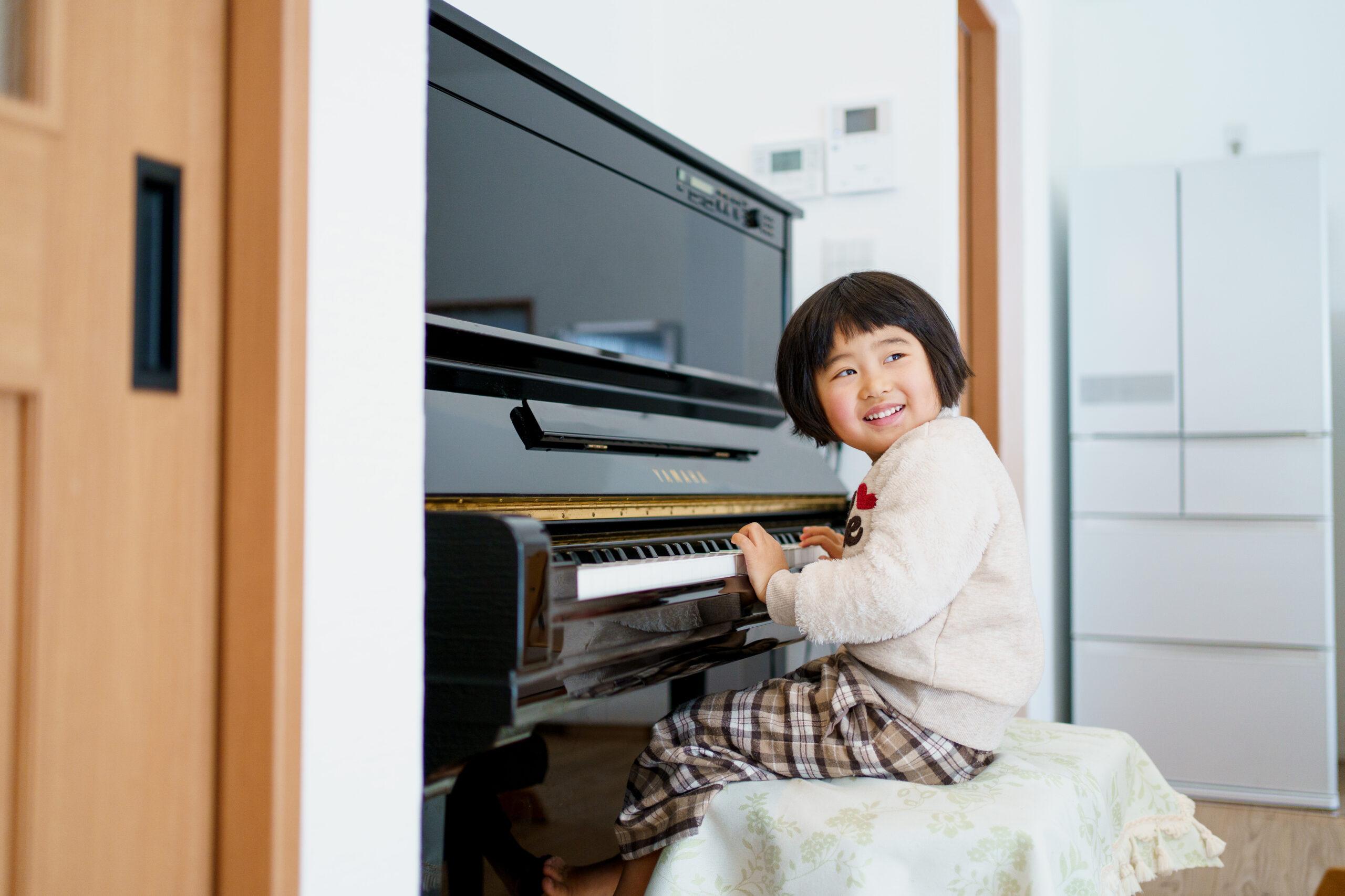 ピアノはキッチンの横に